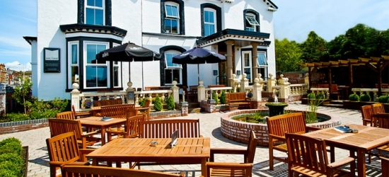 Southport: Internal, Standard or King Room for Two with Breakfast and a Glass of Wine at The Metro Hotel