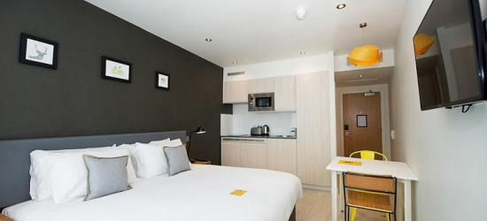 1-2nt Luxury Studio Apartment B&B Stay for 2 - Late Checkout & Parking!