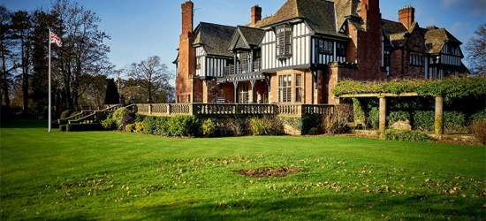 4* Inglewood Manor Escape, Breakfast, Prosecco & Shopping Voucher for 2