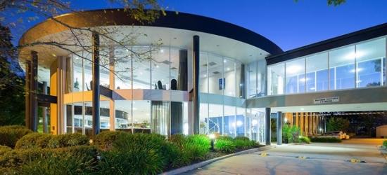 £61 -- Deluxe Canberra Hotelw/Brekkie &Wine, Save 54%