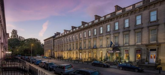 4* Edinburgh City Centre Stay for 2, Breakfast & Wine