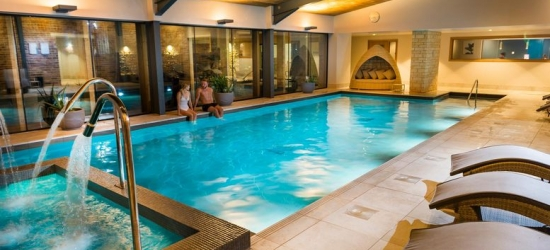 4* Cotswolds Escape for 2, Breakfast & Spa Access - Dining Option