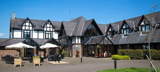 Gloucestershire Stay, Breakfast & Zoo Tickets For 2 – Family Upgrade!